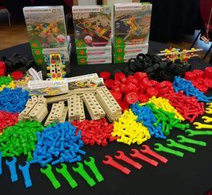 duze-barwne-drewniane-elementy-sprawiaja-ze-zabawki-sa-bezpieczne-dla-maluchow