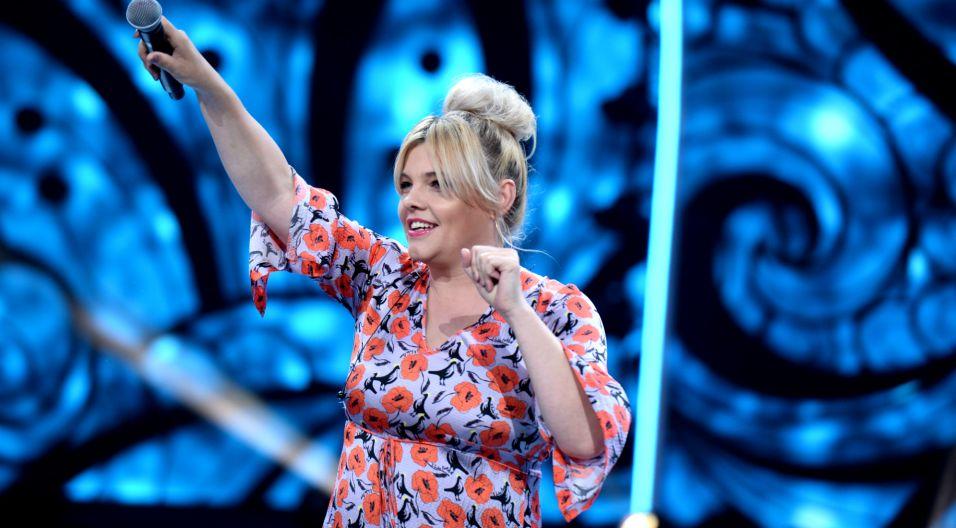 """Ania Dąbrowska zdecydowała się wyjść do publiczności i wśród nich zaśpiewała """"Z tobą nie umiem wygrać"""" (fot. J. Bogacz/TVP)"""