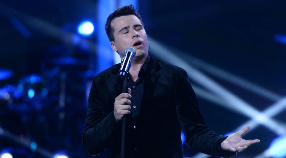 """Krzysztof Iwaneczko, zwycięzca The Voice of Poland, na opolskiej scenie zaśpiewał utwór """"Tonę"""" (fot. TVP)"""