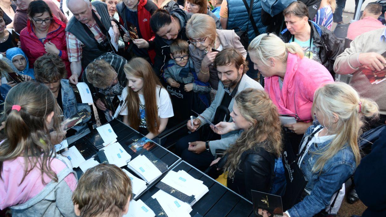 Mimo deszczowej pogody, fani dopisali. Kolejki po autografy, np. do Andrzeja Hausnera, nowego odtwórcy roli króla Kazimierza, były imponujące (fot. J. Bogacz/TVP)