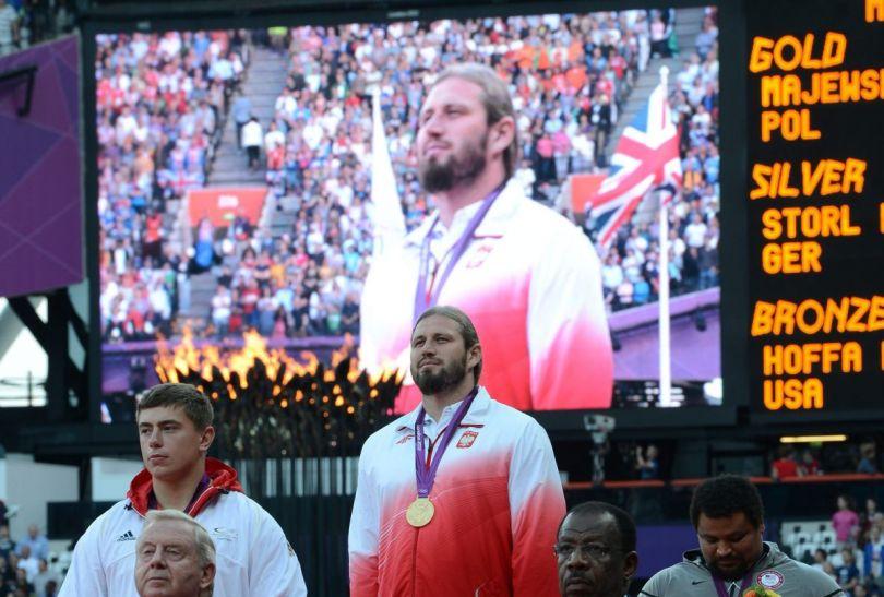 Tomasz Majewski podczas hymnu (fot.PAP/EPA)