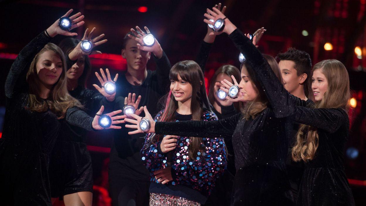 Występowi Wiktorii towarzyszyły efekty świetlne. To ona znalazła się w ścisłym finale! (fot. J. Bogacz/TVP)