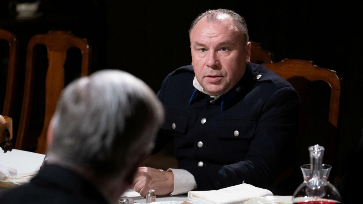 Policjant (Bogdan Kalus) uzupełnia grono gości Hrabiego (fot. Mateusz Zelnik)