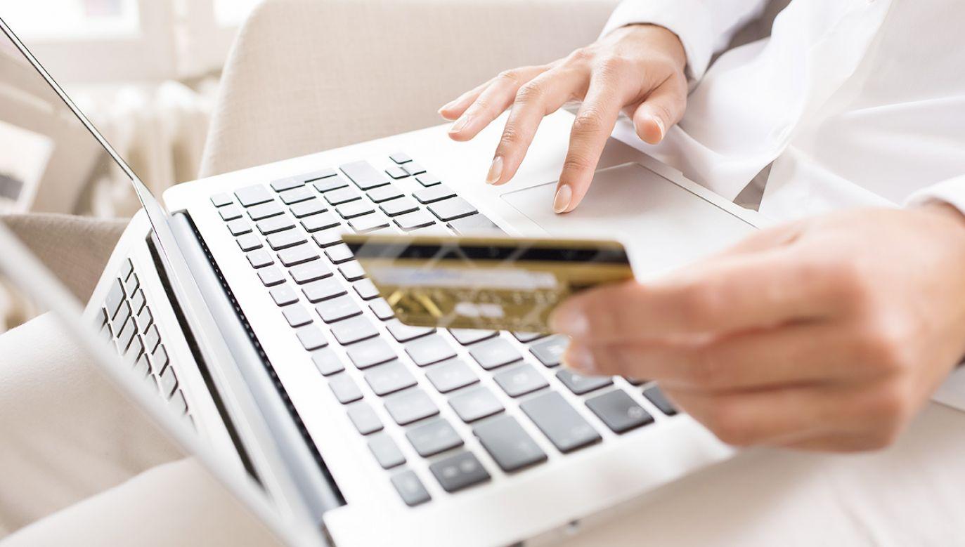 Zamiast telefonu dostała książkę i herbatę malinową (fot. Shutterstock)