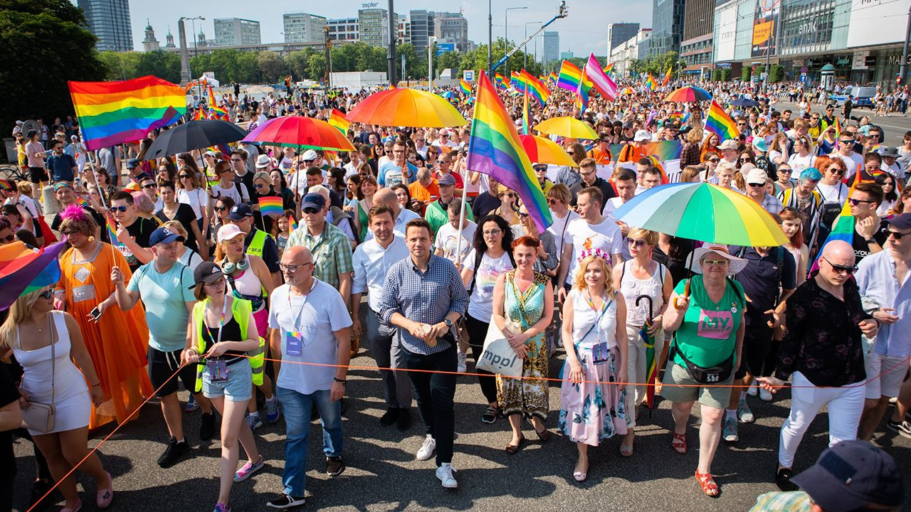 Według danych przedstawionych w raporcie, organizacje zaliczane do ruchu LGBT od 2017 roku otrzymały też dotacje z Unii Europejskiej o równowartości prawie 2 milionów złotych (fot. FB/ Rafał Trzaskowski)