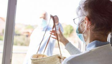 COVID–19 jest szczególnie niebezpieczny dla osób starszych(fot. Shutterstock/Robert Kneschke)