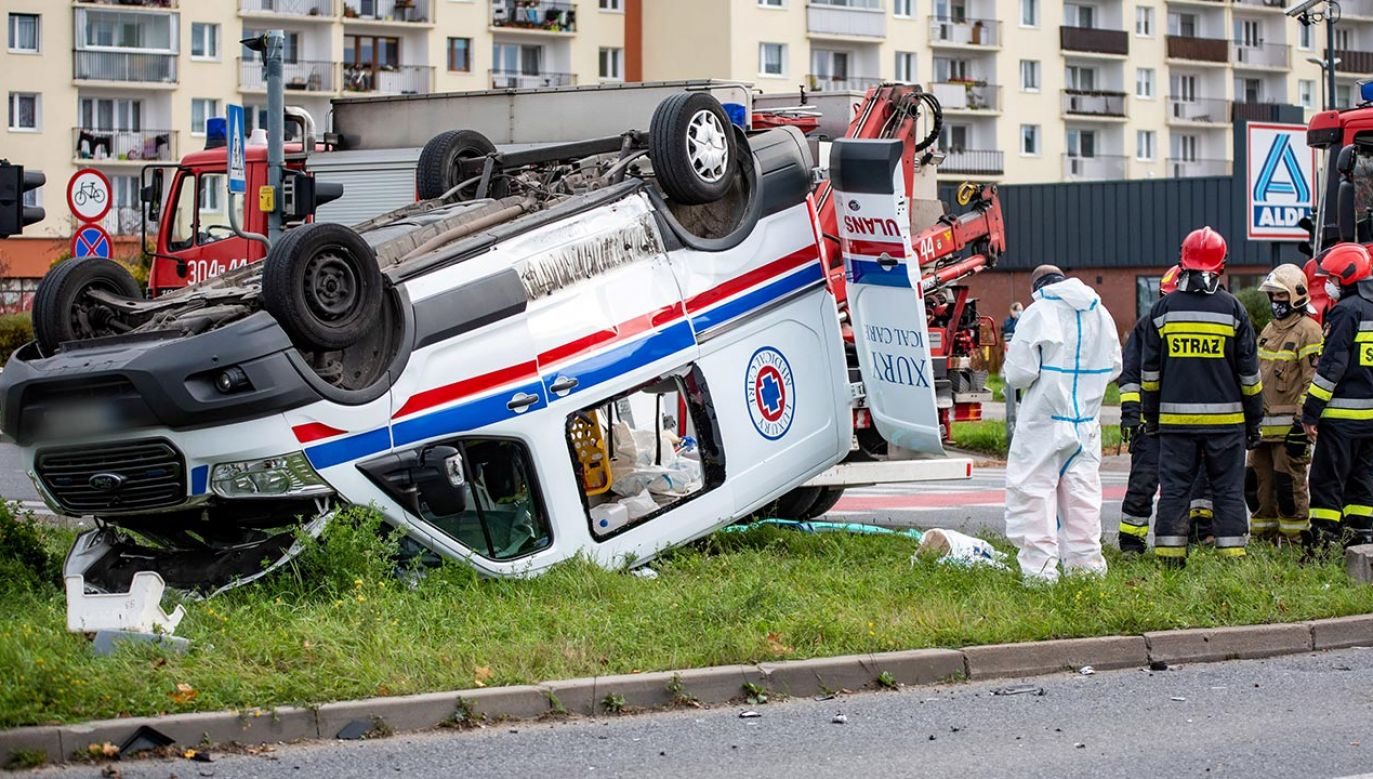 Karetka pogotowia zderzyła się z samochodem osobowym i dachowała (fot. PAP/Grzegorz Michałowski)