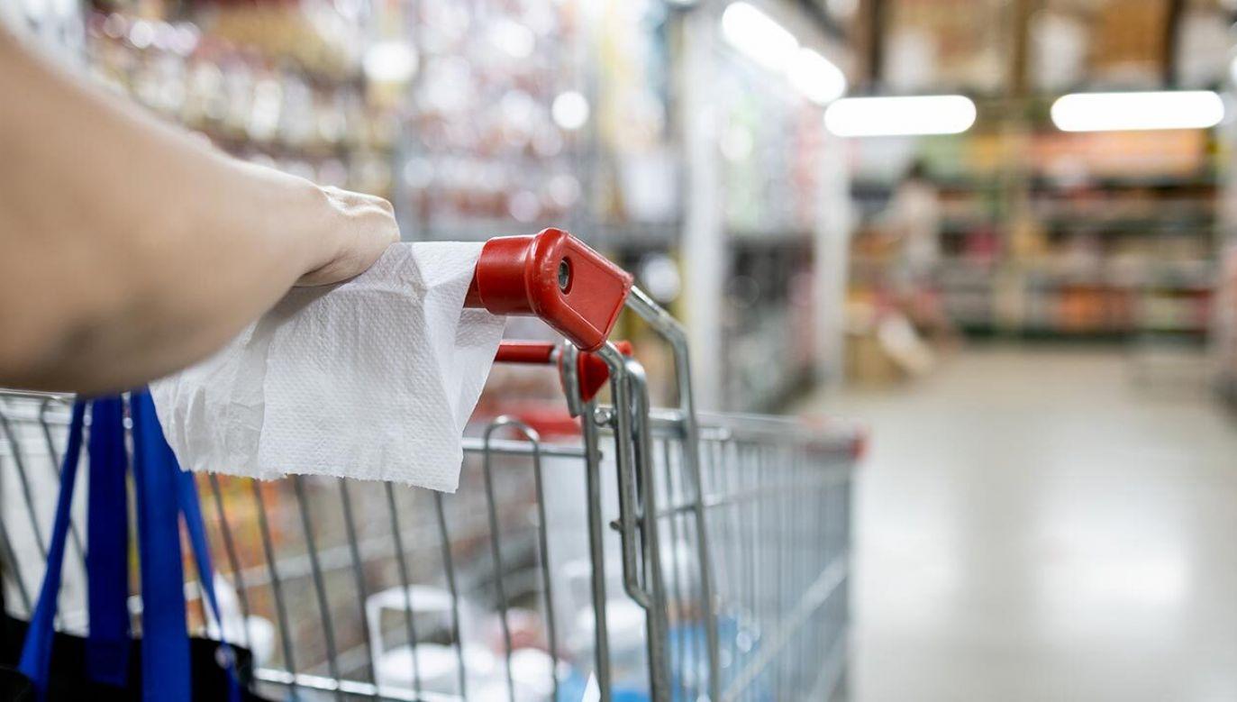 Badania wykazały, że powierzchnie, takie jak blaty, klamki w miejscach publicznych czy koszyki w sklepach, powinny być dezynfekowane preparatami przede wszystkim zawierającymi mocny alkohol (fot. shutterstockCGN089)