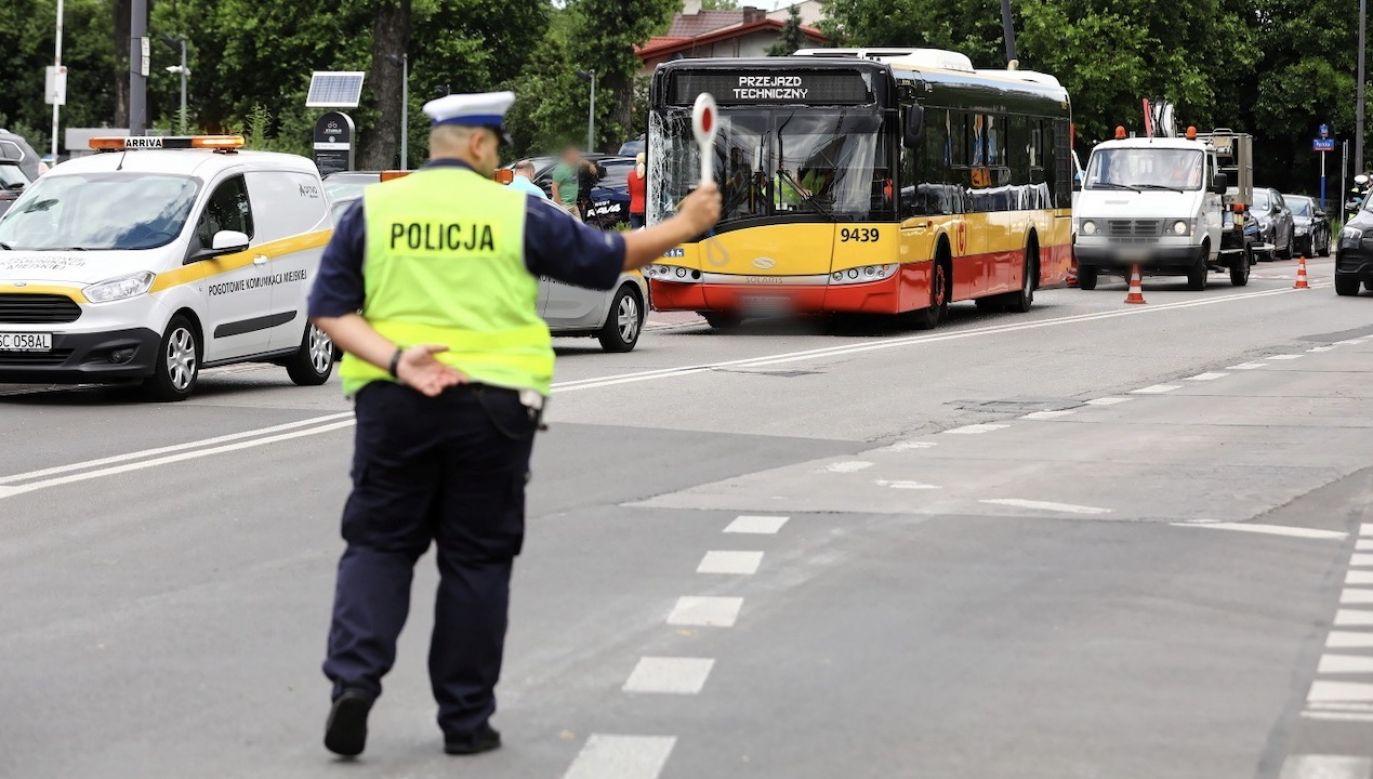 Kierowca linii 181, który na ulicy Klaudyny w Warszawie uderzył w 4 zaparkowane pojazdy i latarnię, był pod wpływem metamfetaminy (fot. PAP/Rafał Guz)
