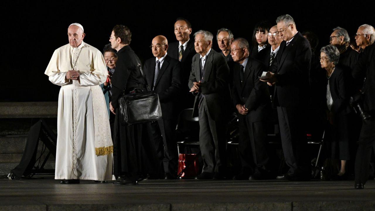 Papież wskazał, że nosi w sercu błagania i pragnienia mężczyzn i kobiet (fot. PAP/EPA/Franck Robichon)