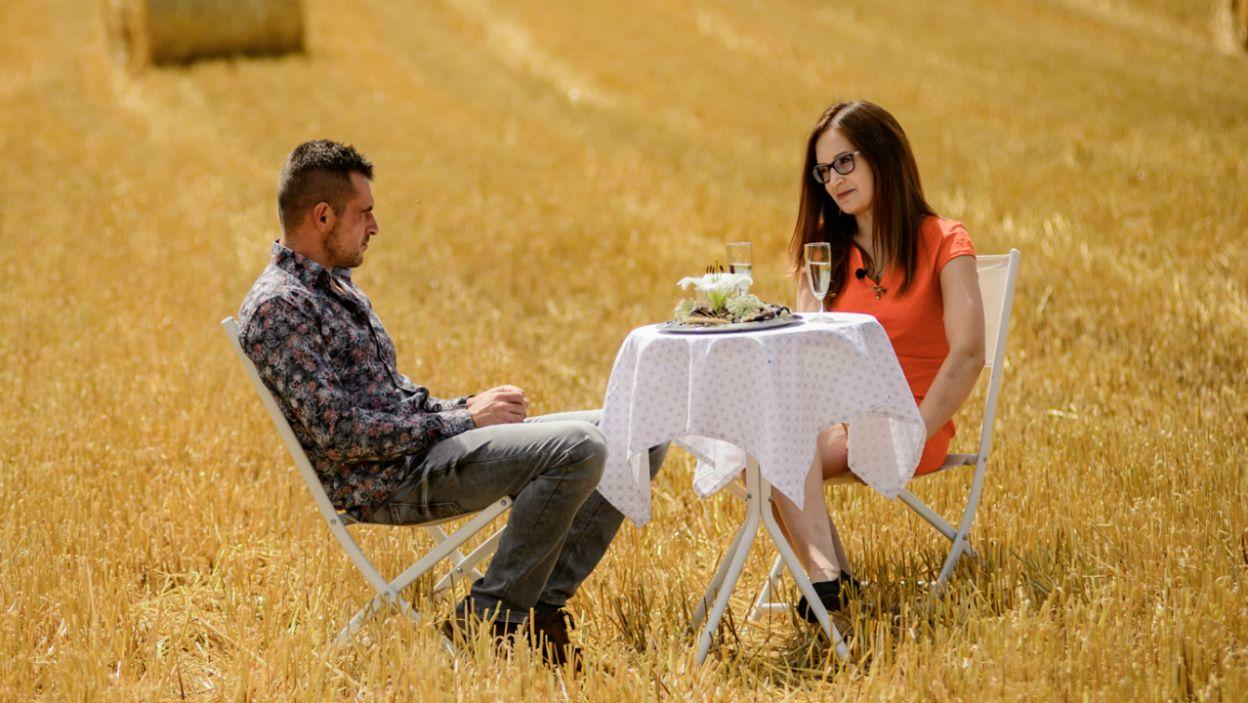 Chwilę dla siebie mieli za to Adrian i Wiola.  Rolnik zabrał ją na randkę w romantycznej scenerii. Czy będzie to spotkanie przełomowe? (fot. P. Matey/ TVP)