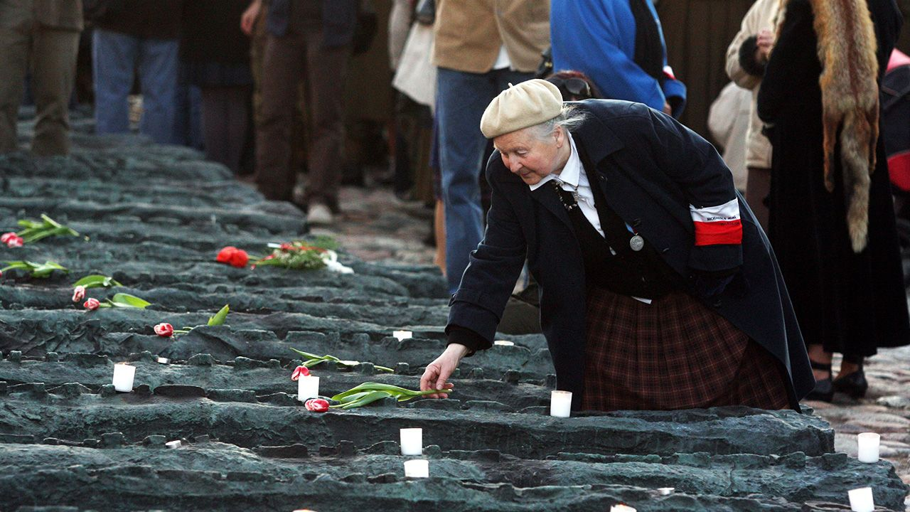 Kwiaty na pomniku Poległych i Pomordowanych na Wschodzie (fot. arch. PAP/Tomasz Gzell)