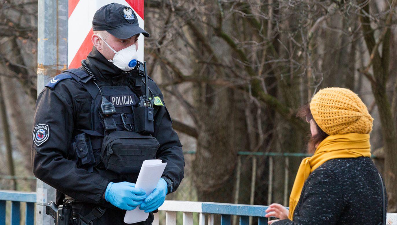 Osobom, które nie stosują się do przepisów obowiązujących w związku z epidemią, grożą poważne konsekwencje (fot. Karol Serewis / Echoes WIre/Barcroft Media via Getty Images)