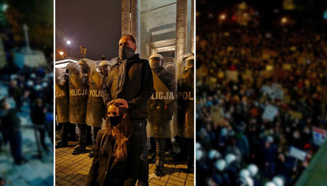 Kamil Durczok w czasie niedzielnego protestu przed katedrą w Katowicach (fot. PAP/Andrzej Grygiel; Twitter/SKastelik)
