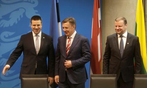 Premierzy (od lewej): Estonii Juri Ratas, Łotwy Maris Kucinskis i Litwy Saulius Skvernelis po podpisaniu umowy na dalszy projekt Rail Baltica w Tallinie, Estonia, 31 stycznia 2017 r. Fot. REUTERS / Ints Kalnins - RC16A1B9F710