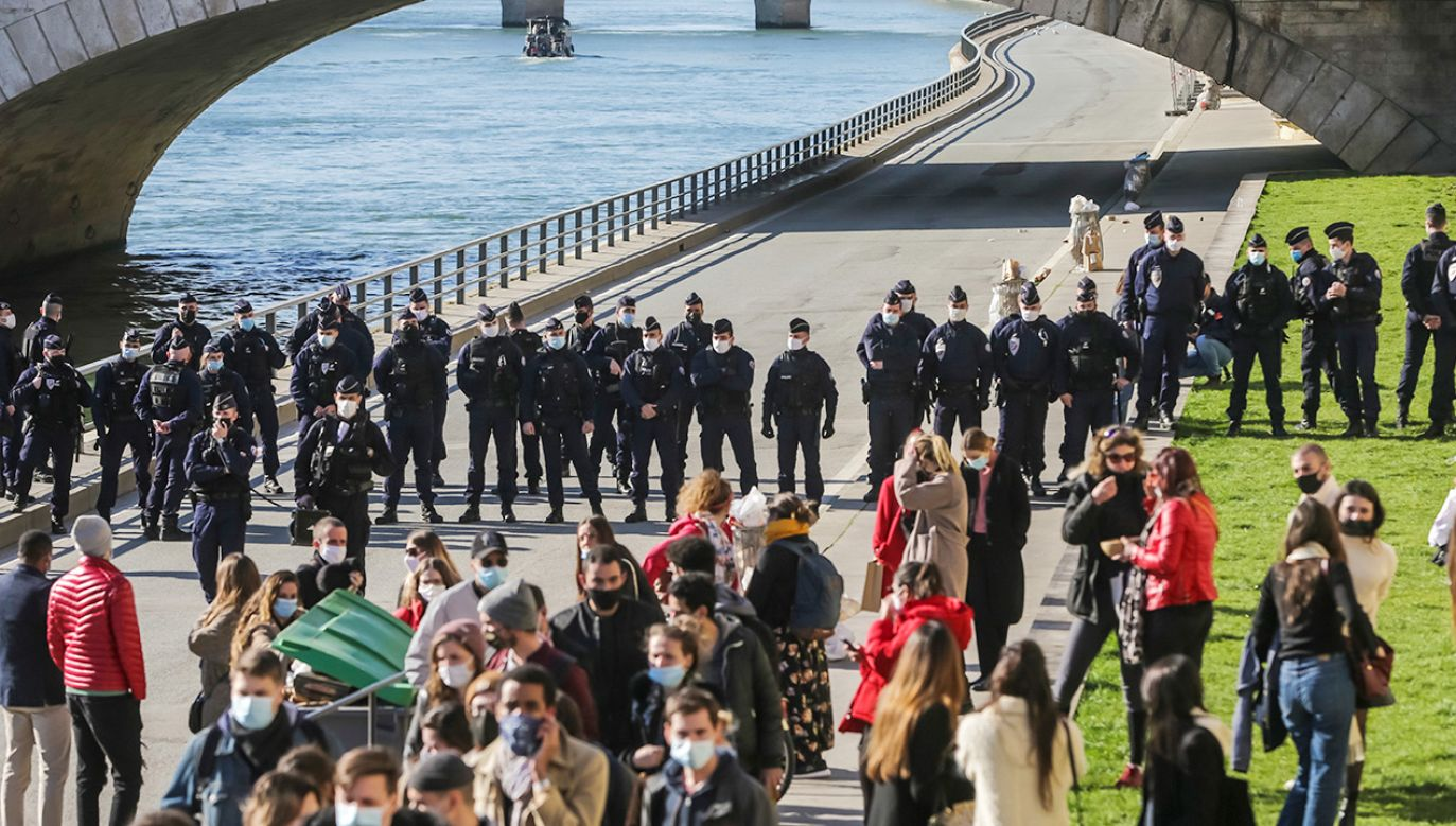 Policja zamknęła odcinek wybrzeża Sekwany do końca dnia (fot. PAP/EPA/CHRISTOPHE PETIT TESSON)