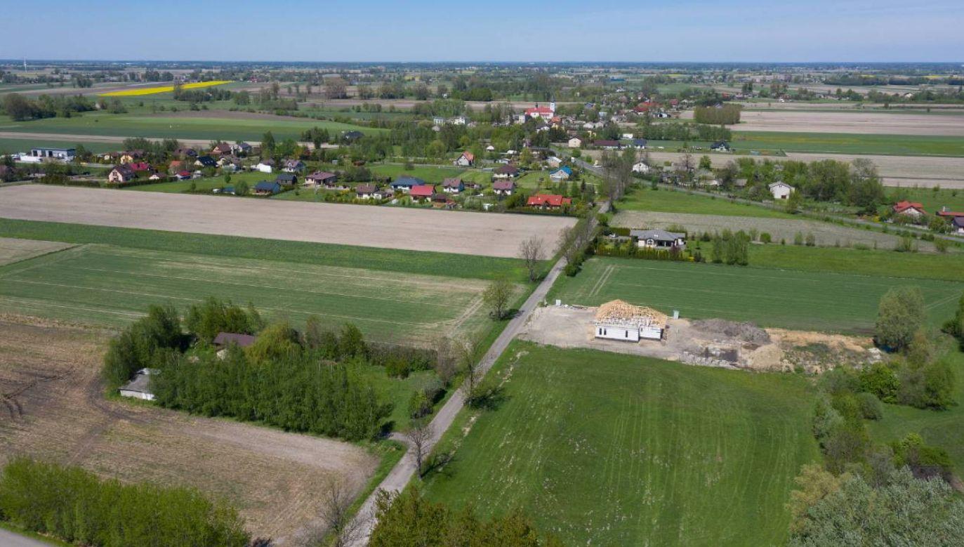 Widok z drona na Baranów, gdzie ma powstać CPK (fot. PAP/Leszek Szymański)