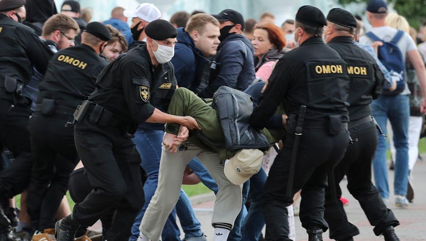 Od początku kampanii z powodów politycznych zatrzymano  co najmniej 703 osoby (fot. PAP/EPA/TATYANA ZENKOVICH)