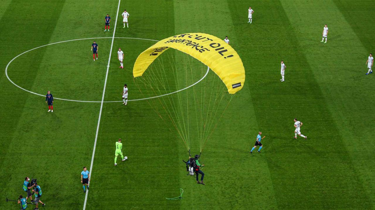 Aktywista Greenpeace wleciał na stadion w Monachium podczas meczu Euro 2020 Niemcy – Francja (fot. Getty Images)