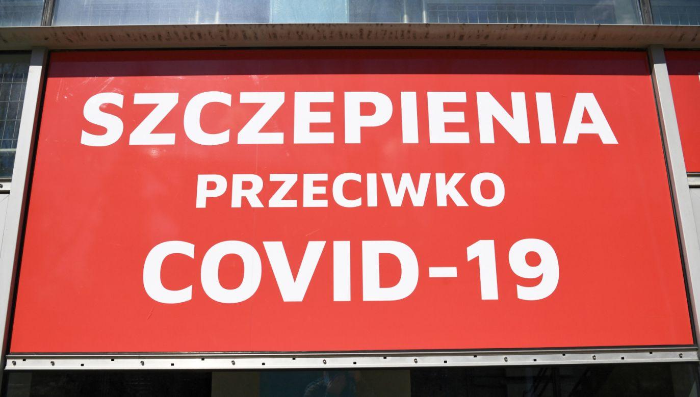 Rejestracja odbywa się przez internet, infolinię 989, SMS-em lub w punktach szczepień (fot. PAP/Darek Delmanowicz)