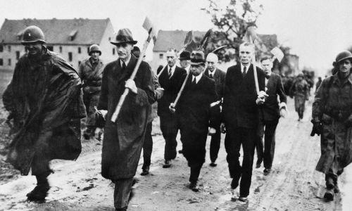 Niemieccy cywile z łopatami prowadzeni przez amerykańskich żołnierzy na miejsce, gdzie utworzono cmentarz ofiar masakry. Fot. KEYSTONE-FRANCE/Gamma-Rapho via Getty Images