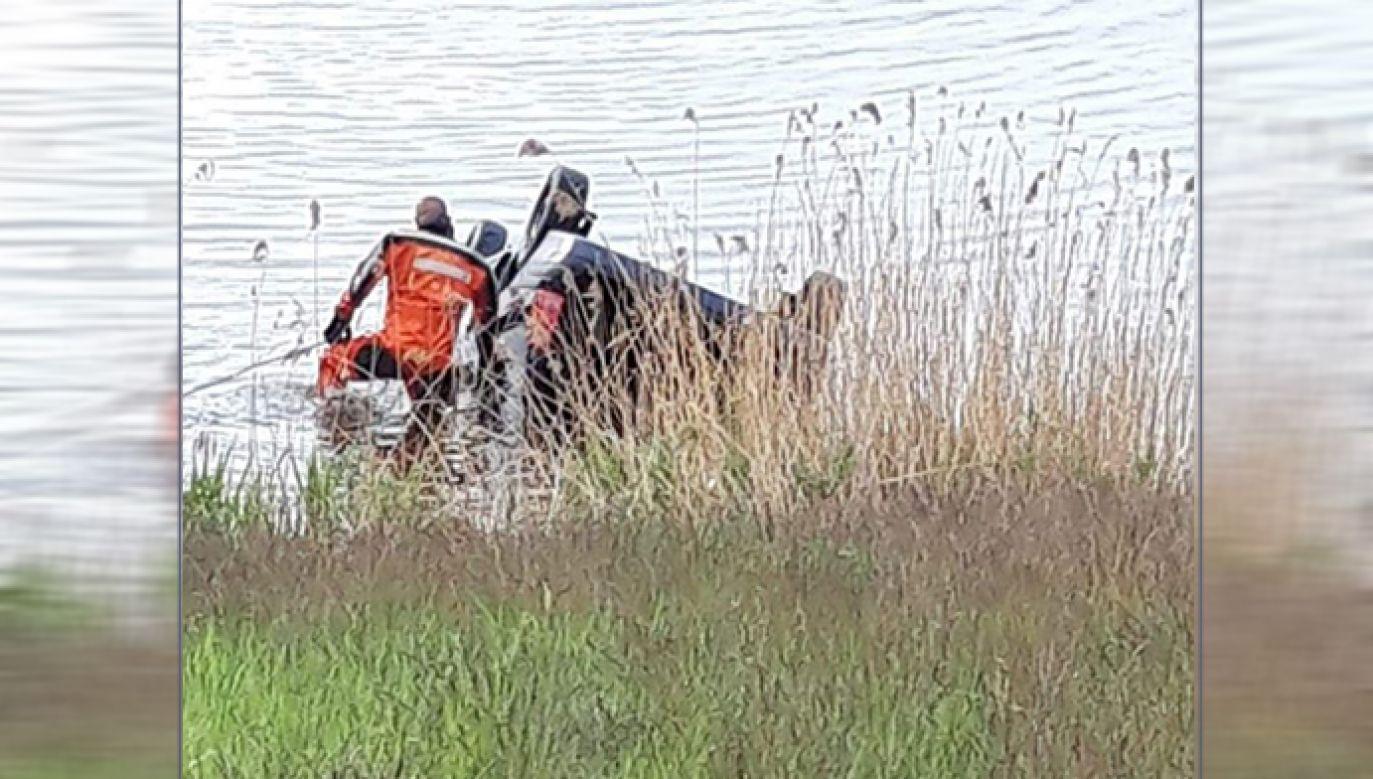 Dostrzeżony przez rowerzystę samochód znajdował się ok. 20 metrów od brzegu zbiornika (fot. Facebook/ Będzin 112 / Fasthol)