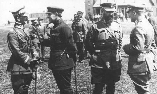 Wojna polsko-radziecka. Generał Antoni Listowski (pierwszy z lewej) podczas rozmowy z atamanem Semenem Petlurą (drugi z lewej). Fot. NAC/IKC, sygn. 1-H-391