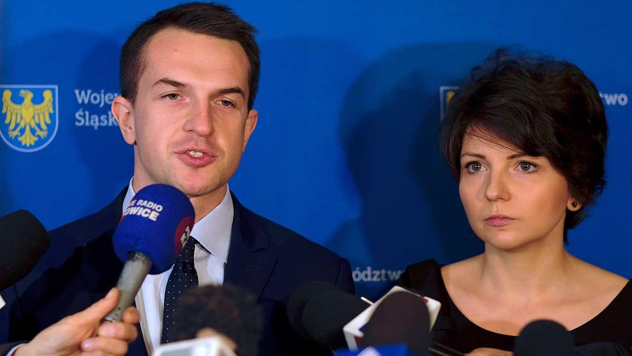 Adam Szłapka (L) oraz Monika Rosa (P) podczas konferencji prasowej (fot. PAP/Andrzej Grygiel)
