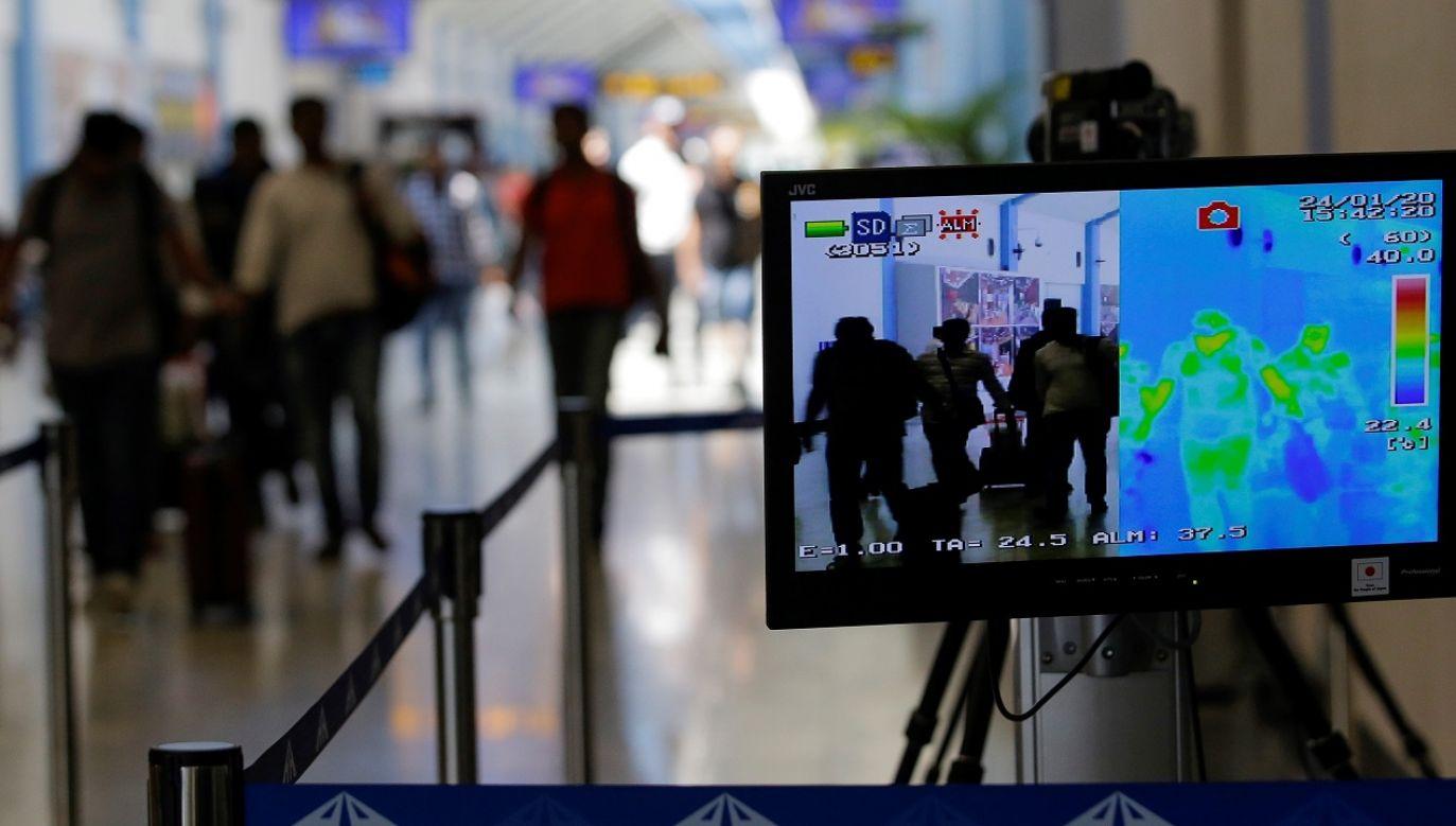 Obie osoby zakażone koronawirusem przyleciały do Francji z Chin (fot. PAP/EPA/CHAMILA KARUNARATHNE)