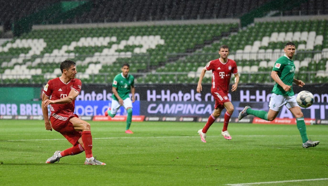W taki sposób Robert Lewandowski strzelił jedyną bramkę w meczu z Werderm (PAP/EPA/Stuart Franklin)