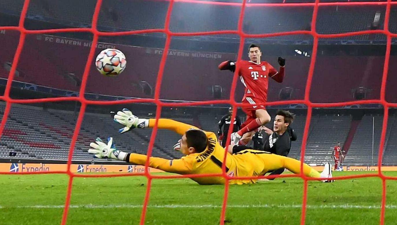 Robert Lewandowski poprowadził Bayern do wygranej (fot. PAP/Sven Hoppe)