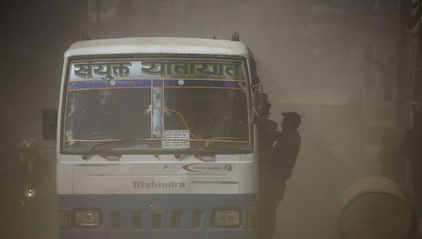 Przeciążony autobus wpadł w poślizg na zakręcie i stoczył się ze zbocza (fot. Reuters/Navesh Chitrakar/ zdjęcie ilustracyjne)