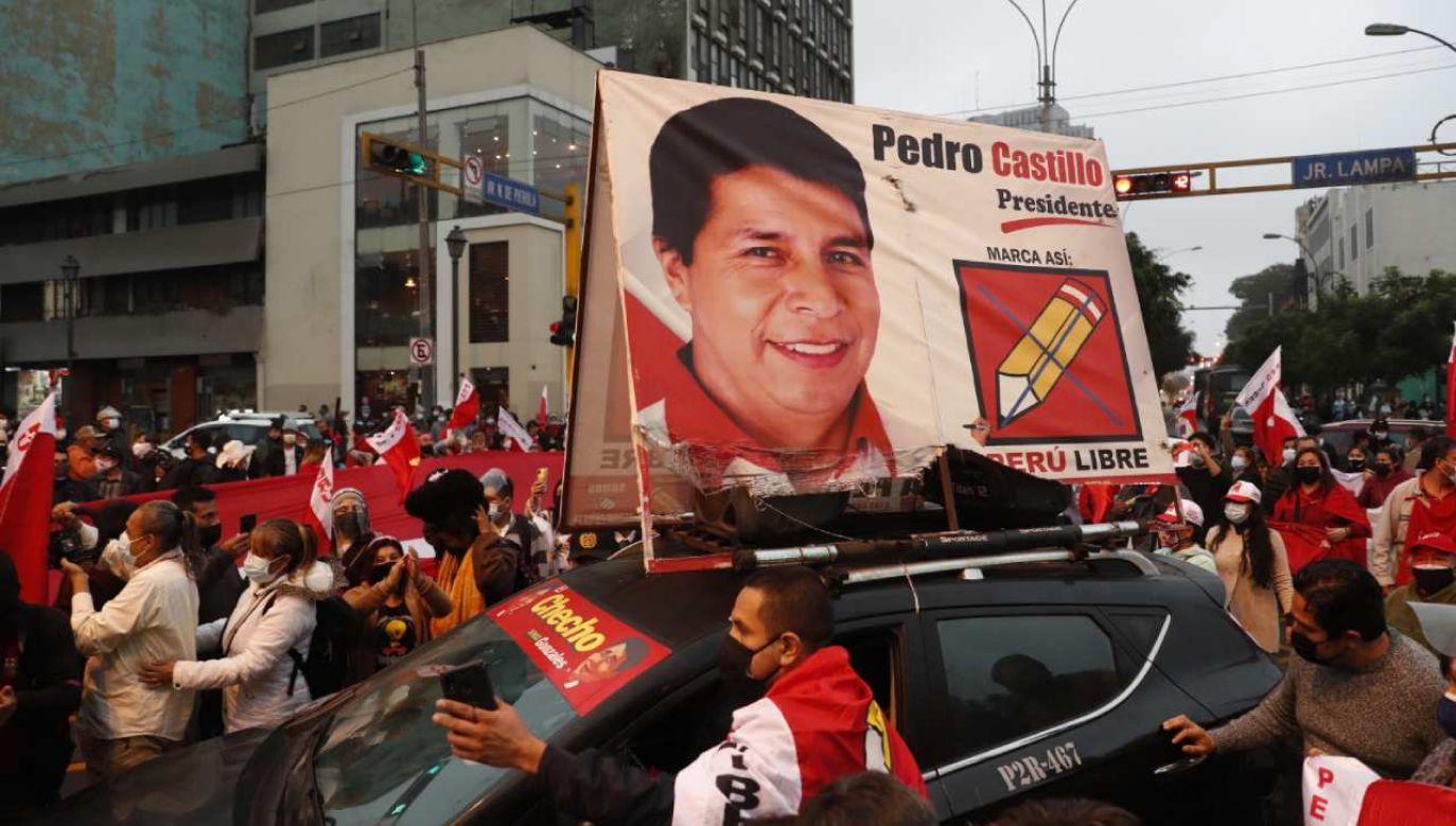 Po przeliczeniu 99,42 proc. głosów Pedro Castillo wygrywa zaledwie o  0,35 proc.   (fot. PAP/EPA/Paolo Aguilar)