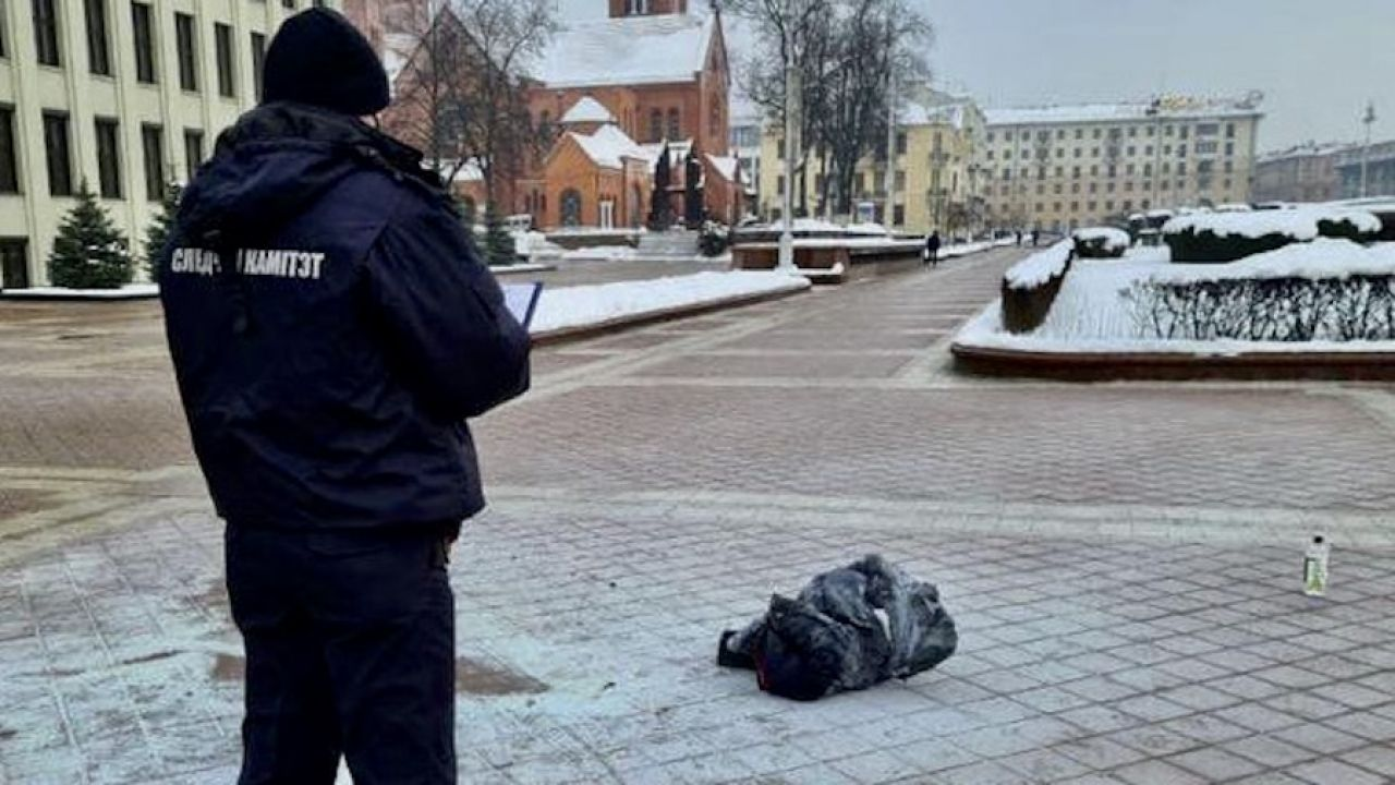 Funkcjonariusz pilnujący miejsca tragedii (fot. Bialoruski komitet śledczy)