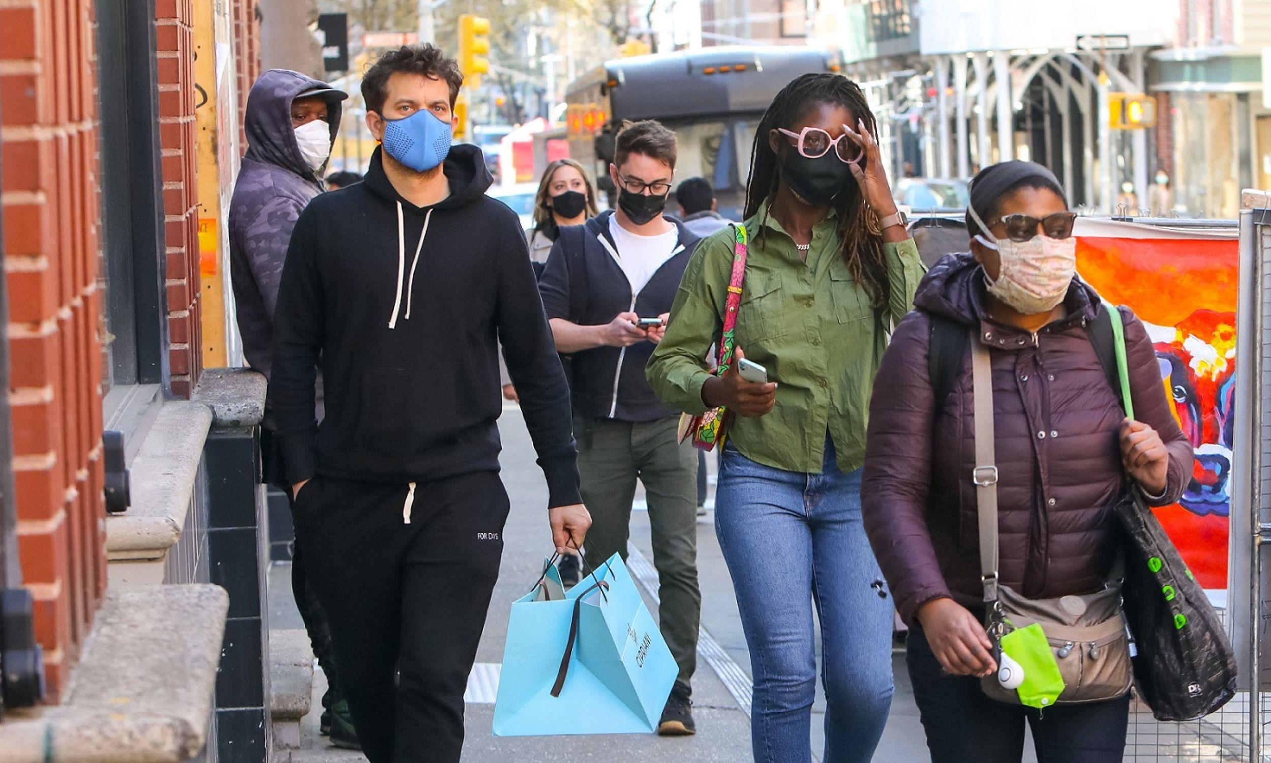 """Jeszcze do niedawna listę rzeczy z gatunku """"must have"""" otwierały dżinsy. To przeszłość – zastąpiły je spodnie dresowe. Kanadyjsko-amerykański aktor  Joshua Jackson ubrany w desy, z żoną Jodie Turner Smith, która """"po staremu"""" wybrała dżinsy, kwieceń 2021 roku w Nowym Jorku. Fot. Jose Perez / Bauer-Griffin / GC Images"""