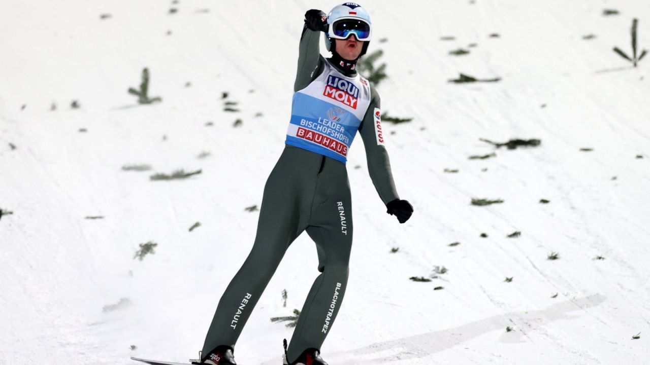 Skoki narciarskie. Klasyfikacja generalna Pucharu Świata 2020/21 (po 11 z 28 konkursów). Kamil Stoch goni czołową dwójkę (sport.tvp.pl)