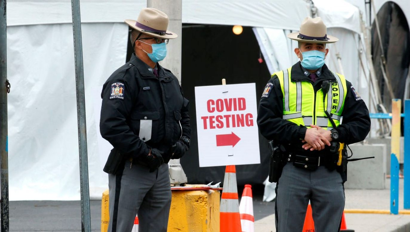 Eksperci uważają, że liczba przeprowadzanych testów na obecność koronawirusa w USA jest za niska, by powstrzymać epidemię (fot. REUTERS/Nathan Frandino)
