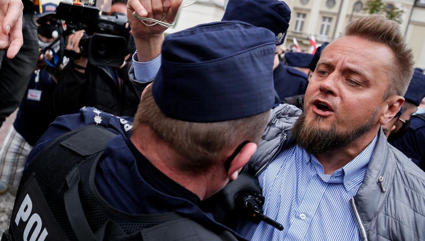 Paweł Tanajno szarpał policjantów (fot. Dominika Zarzycka/NurPhoto via Getty Images)