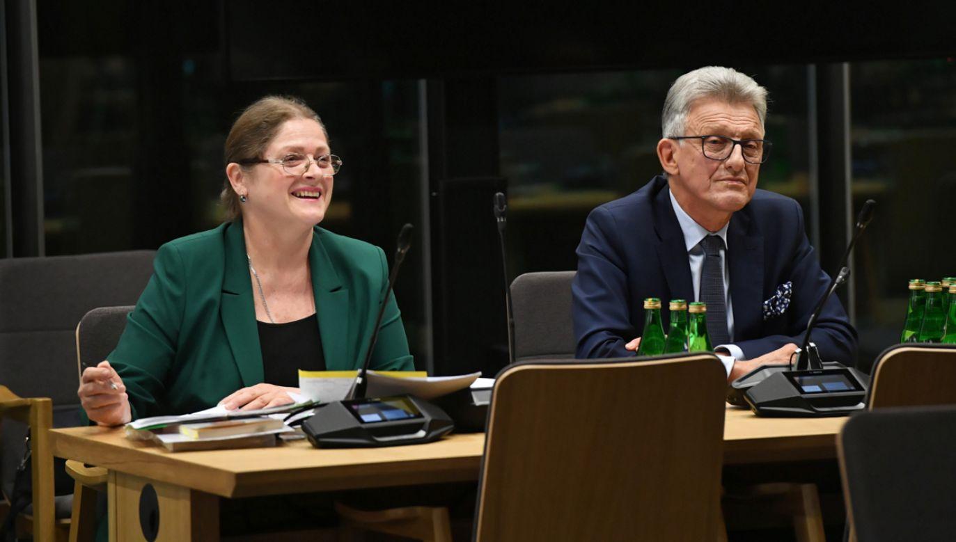 Kandydaci Krystyna Pawłowicz (L) oraz Stanisław Piotrowicz (P) podczas posiedzenia sejmowej komisji sprawiedliwości i praw człowieka (fot. PAP/Radek Pietruszka)