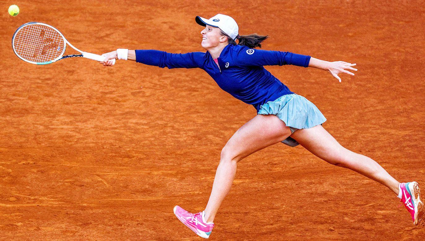 Iga Świątek musiała uznać wyższość najlepszej obecnie tenisistki świata (fot. PAP/EPA/JuanJo Martin)