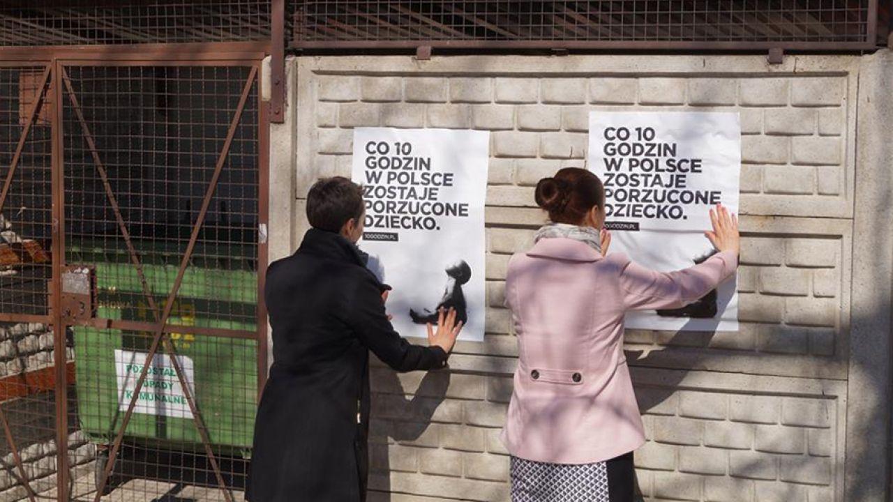 Plakaty kampanii rozwieszane są przy łódzkich śmietnikach (fot. fb/Fundacja Gajusz)
