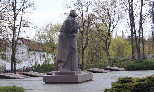 """W 1984 roku Litwini upamiętnili Adama Mickiewicza po swojemu. U stóp modernistycznego posągu umieszczono sześć przedwojennych płaskorzeźb Henryka Kuny ze scenami z """"Dziadów"""". Fot. Wikimedia/Jakas - Praca własna"""