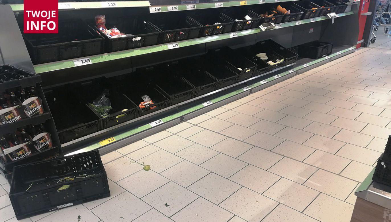 Ze sklepów znika wszystko, ludzie szykują się jak na wojnę – powiedziała pani Anna (fot. Twoje Info)