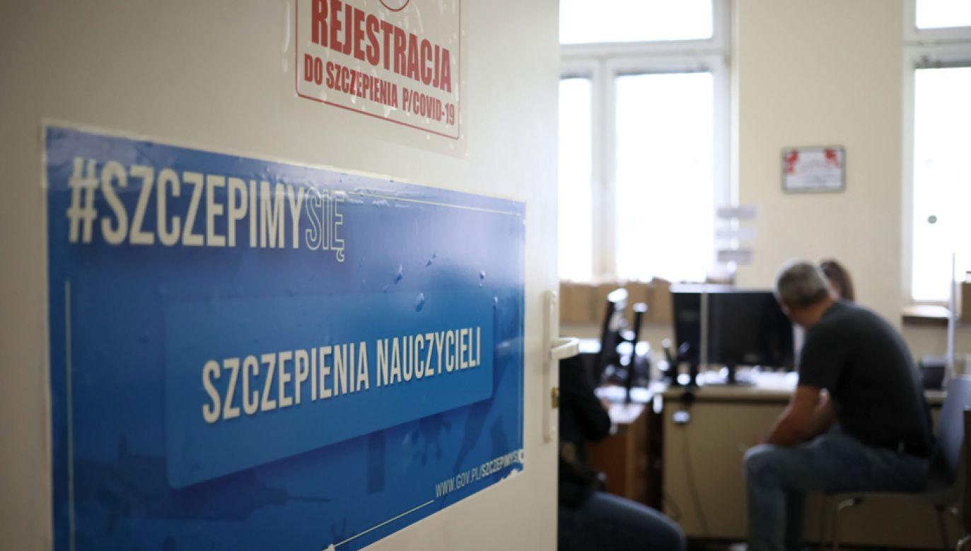 Rejestracja w punkcie szczepień przeciwko COVID-19 (fot. PAP/Leszek Szymański)