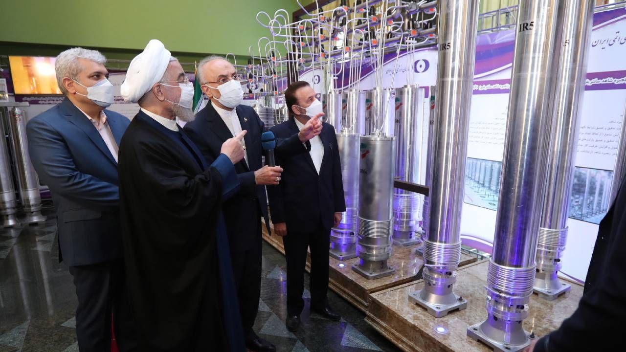 Prezydent Iranu Hassan Rouhani (C) i szef irańskiej organizacji nuklearnej Ali Akbar Salehi (2-R) na wystawie osiągnięć nuklearnych w  Teheranie (fot.  PAP/EPA/IRAN PRESIDENT OFFICE)