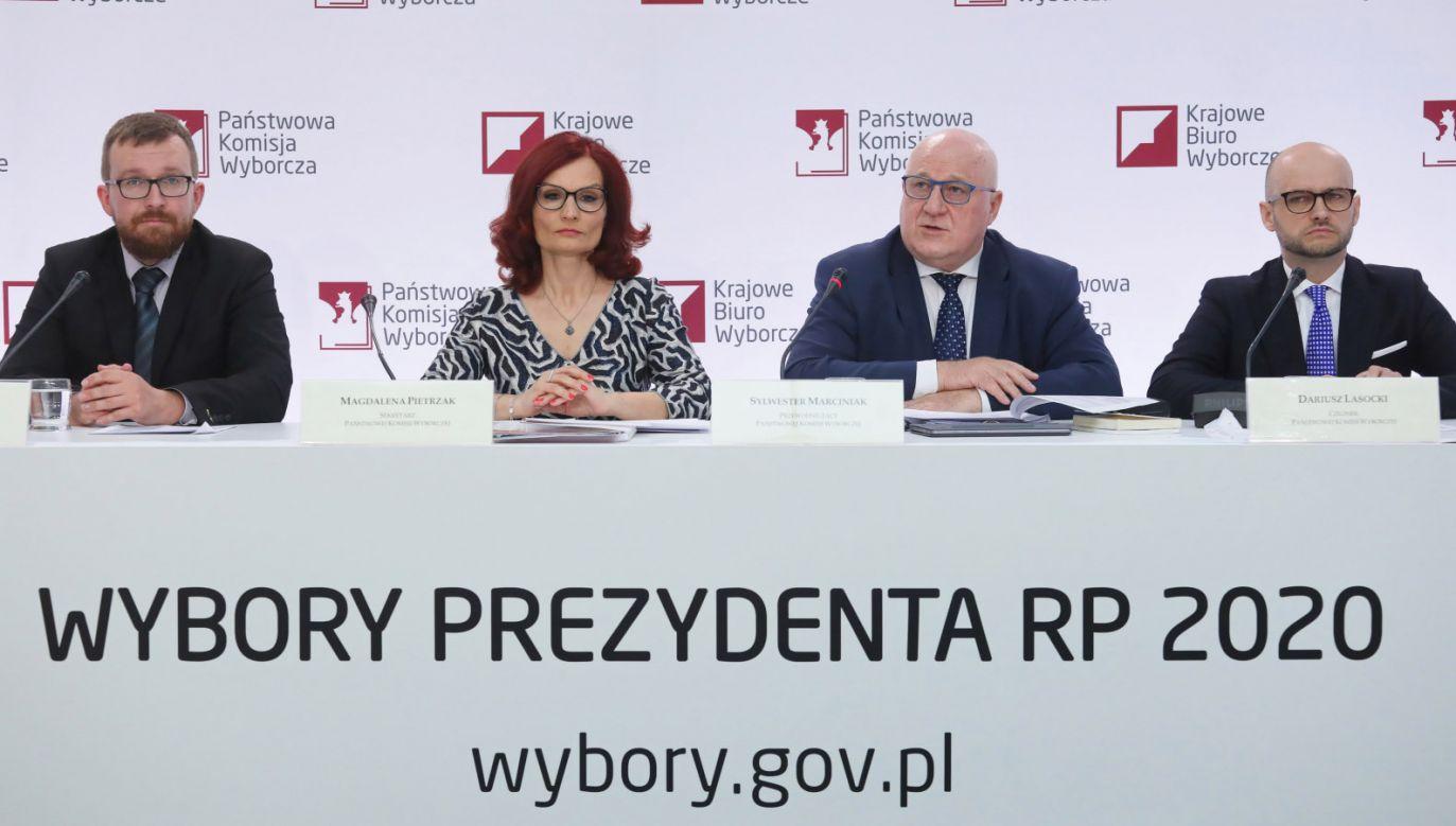 We wszystkich lokalach wyborczych do godziny 12.00 zagłosowało o ok. 100 tys. więcej osób niż w I turze (fot. PAP/Paweł Supernak)