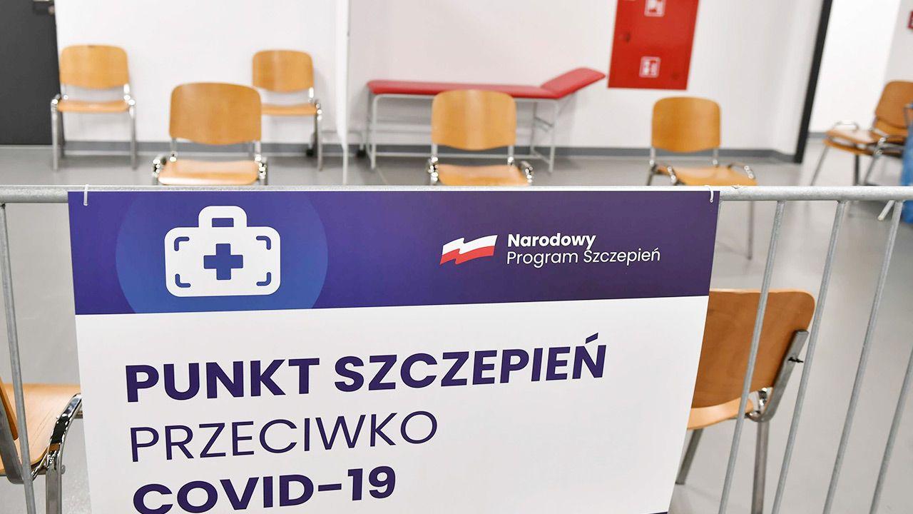 Spór o płatny parking przed masowym punktem szczepień w Łodzi (fot. PAP/Grzegorz Michałowski)