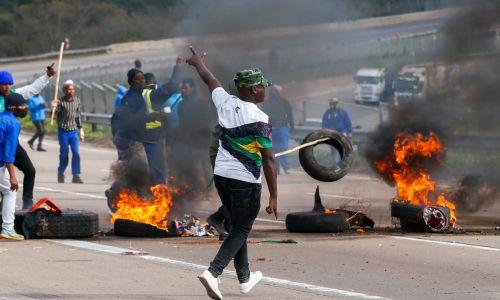 Demonstracje nie wszędzie przebiegały pokojowo. W Peacevale zapłonęły opony. Fot. ROGAN WARD/Reuters/Forum