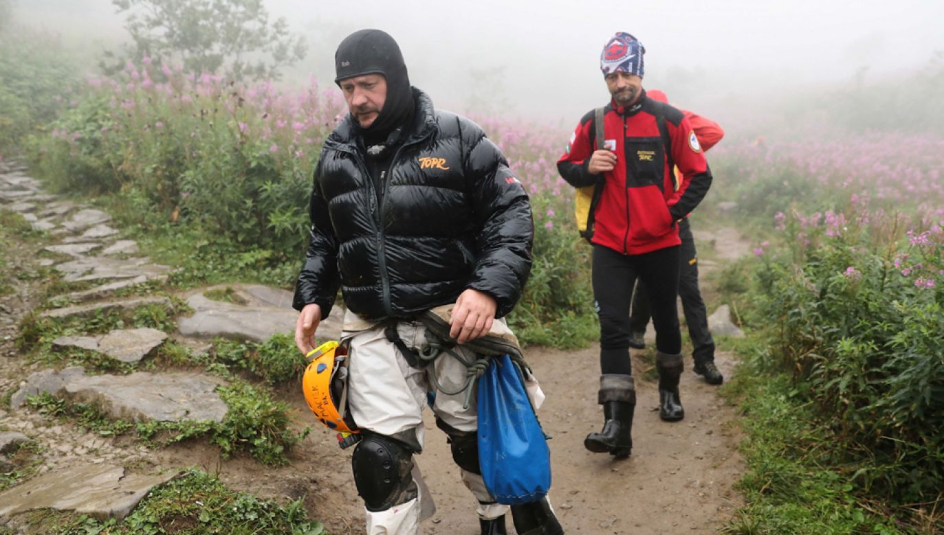 Ratownicy TOPR wracają z rejonu jaskini Wielkiej Śnieżnej przez dolinę Małej Łąki (fot. PAP/Grzegorz Momot)
