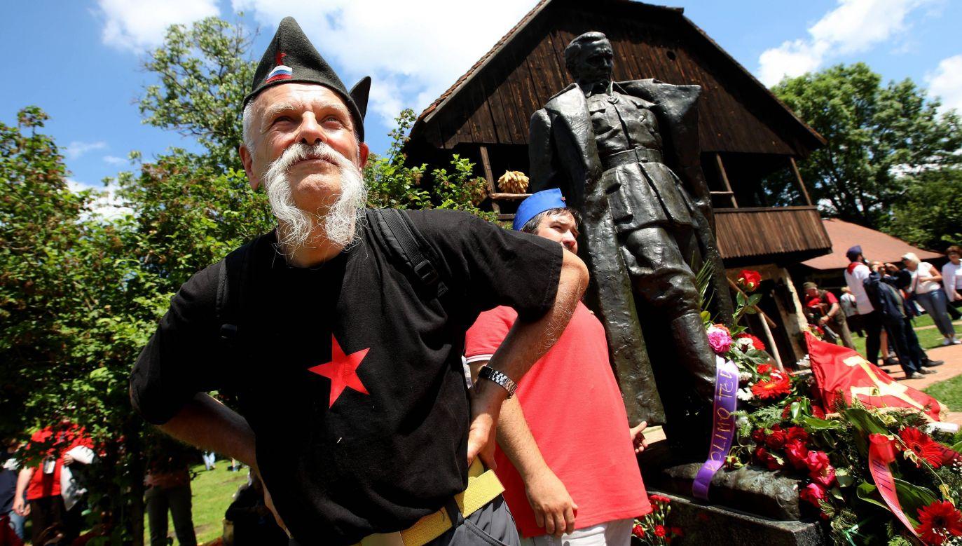 Kult komunistycznego przywódcy Jugosławii Josipa Broz Tito trzyma się mocno. W 2018 roku do chorwackiej wsi Kumrovec, gdzie Tito przyszedł na świat, przybyło ok. 7 tys. jego zwolenników na obchody Dnia Młodości i Radości. Fot. Boris Scitar/Vecernji list/PIXSELL Dostawca: PAP/PA